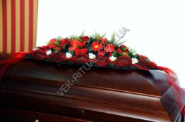 Flower arrangement on the coffin 1
