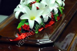 Flower arrangement on the coffin 4