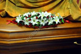 Flower arrangement on the coffin 8