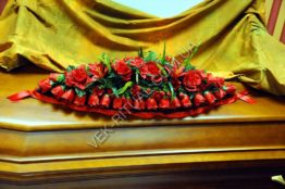 Flower arrangement on the coffin 9