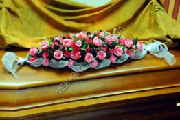 Flower arrangement on the coffin 14