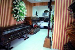 Гробы в выставочном зале